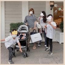 """hitomi、""""優しい街""""で撮った子ども達との5ショットを公開「家族みんなで幸せ時間でした」"""