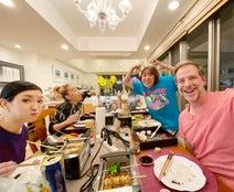 アンミカ、フワちゃんらと自宅で焼き鳥パーティー「食をシェアせずにと工夫しました」