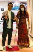 LiLiCo、東京03・角田に見守られ楽屋に戻る姿「毎回わたしの松葉杖を持ってくれた」