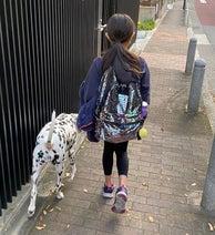 高岡早紀、頼もしさを感じる娘の後ろ姿「今朝も元気いっぱいで学校へ」