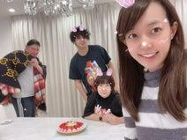 アレク&川崎希、娘の生後1か月を報告「ケーキでみんなでお祝い」
