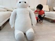 アレク、妻・川崎希が息子のために購入した巨大な品「おちびびっくりしてるよ」