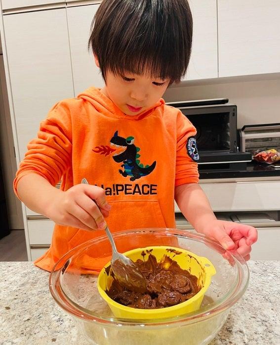 ココリコ遠藤の妻、子ども達と100円アイテムで菓子作り「かわいいチョコ完成」
