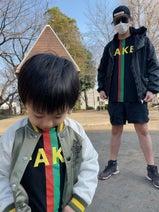 アレク&川崎希『GUCCI』の親子コーデを公開「おそろいのTシャツにしてみた」
