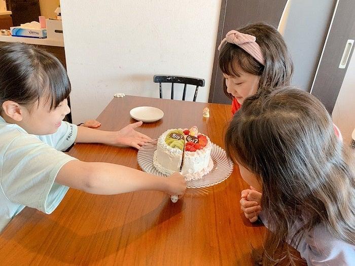 エハラマサヒロの妻、第5子の性別を発表「ジェンダーリビールケーキでサプライズしました」
