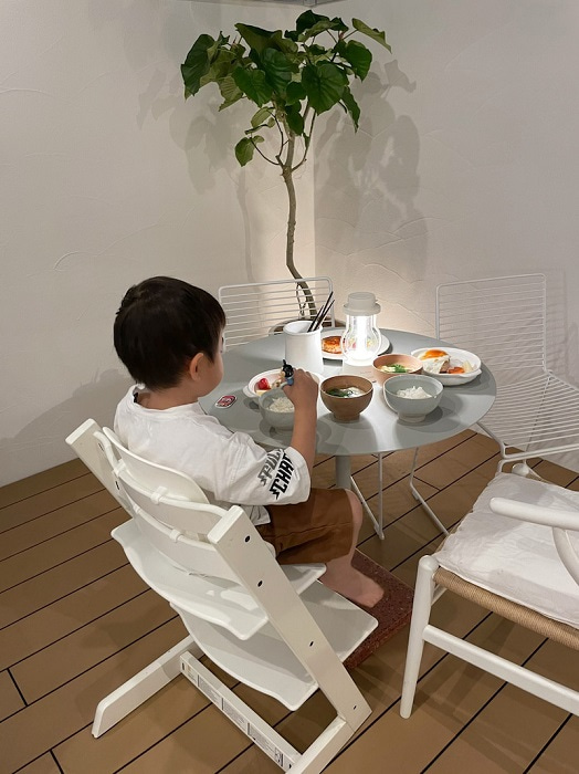 hitomi、自宅のテラスで夕食を堪能「いつもと気分が変わって いい感じ~」
