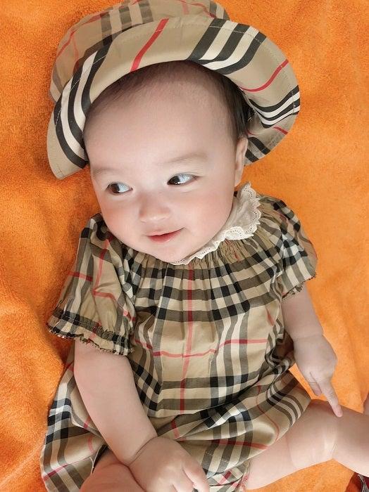 アレク『BURBERRY』のコーデをした娘の姿を公開「何回も着せるぞ」
