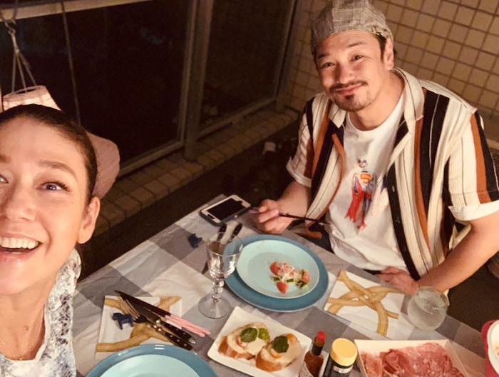 LiLiCo、夫・小田井涼平とベランダでご飯を堪能「最高に美味しい」
