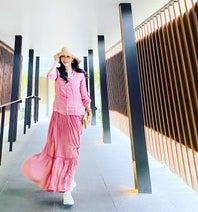 アンミカ、滝川クリステルから貰ったヘビロテ中の誕プレを公開「全身ピンクのバカンスコーデ」