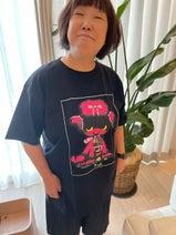 アレク、1万6000円のTシャツを着た義母のファッションを公開「これが都会のマダム」
