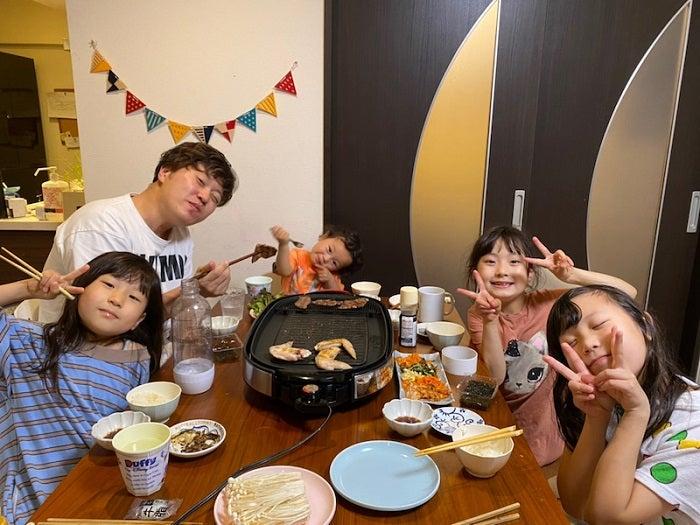 エハラマサヒロの妻、39歳の誕生日を迎えた夫を家族でお祝い「久しぶりの焼肉がおいしい」