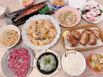 辻希美、様々な夕飯メニューが並べられた食卓に「なんか色々…」