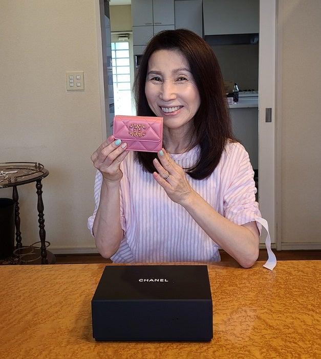 モト冬樹、妻に贈ったシャネルの財布を披露「素敵」「センスが良い」の声