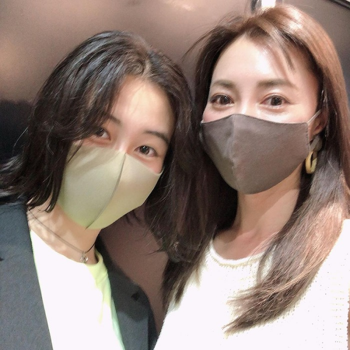 新山千春、14歳の娘との2ショットを公開「買い物したり、カフェ行ったり」