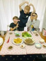 松嶋尚美、13年目の結婚記念日に夫&子ども達との写真を公開「おめでとう」「素敵」の声
