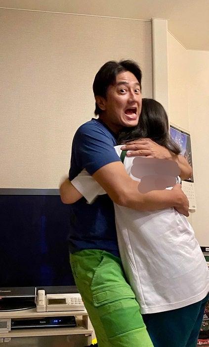 """原田龍二の妻、夫と娘の""""ハグ""""ショットを公開「なんて嬉しそうなんでしょうか」"""