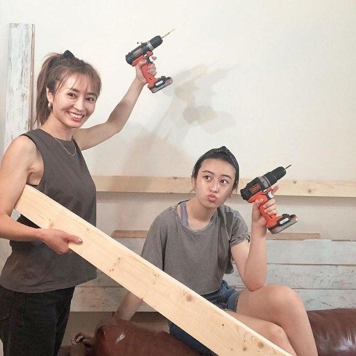 新山千春、14歳の娘とリビングの壁のDIYに挑戦「楽しかったなぁ」