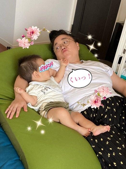"""ニッチェ・江上、偶然撮れた息子の""""顎クイ写真""""「宝物にしよう。。」"""