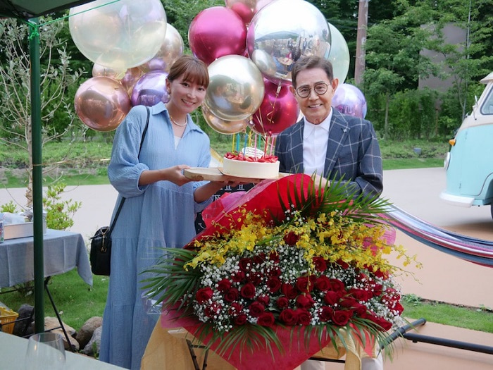 加藤茶、妻・綾菜との2ショットを公開「お祝いしていただきました」