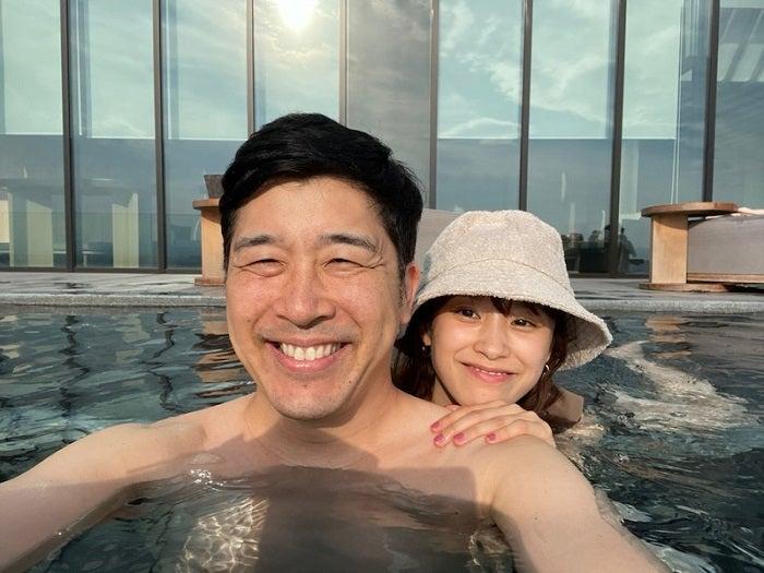 あべこうじ、妻・高橋愛と温泉に入浴中の2ショットを公開「とにかくのんびりとハッピィTime」