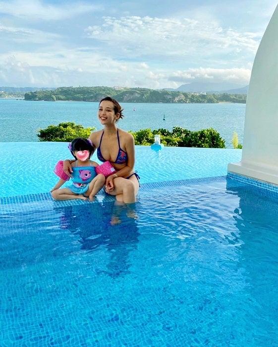 PINKY、娘とくつろぐ水着ショットを公開「素敵なヴィラを振り返り」