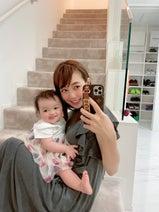 """川崎希、""""ペコちゃん""""のような表情の娘を公開「鏡を見るとすごく笑顔」"""