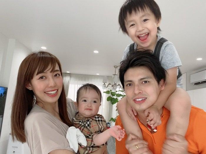 アレク&川崎希、家族4人の集合ショットを公開「なかなか撮るのが大変で」