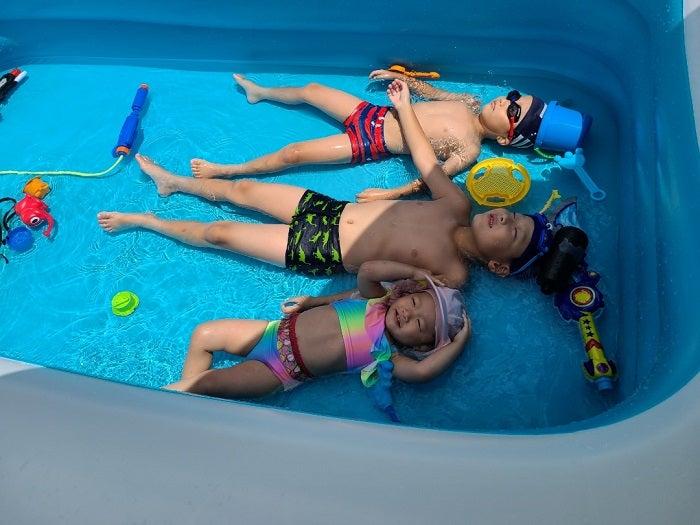 小原正子、自宅プールで遊ぶ子ども達を公開「癒やされます」「仲良し」の声