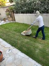渡辺徹、芝刈りをする妻・榊原郁恵の姿に「よく働く職人さんだ」
