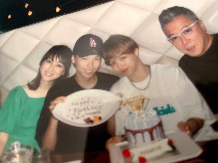 渡辺美奈代、長男・矢島愛弥の誕生日を家族で祝福「焼き肉でお祝いごはん」