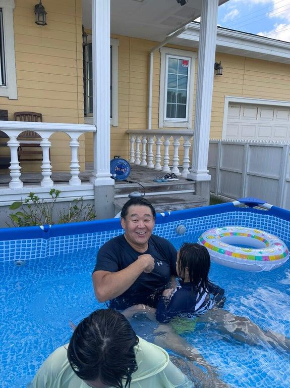 花田虎上、掃除した自宅のプールで子ども達と遊ぶ姿を公開「今年初のプール」