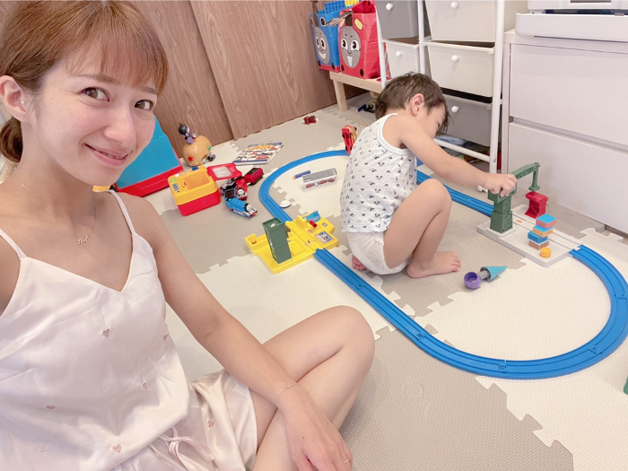 辻希美、暑すぎる日の部屋着姿を公開「薄着に限る!!」