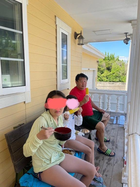 花田虎上、自宅プールを楽しんだ娘達と庭でランチを堪能「ここはまるで海の家」