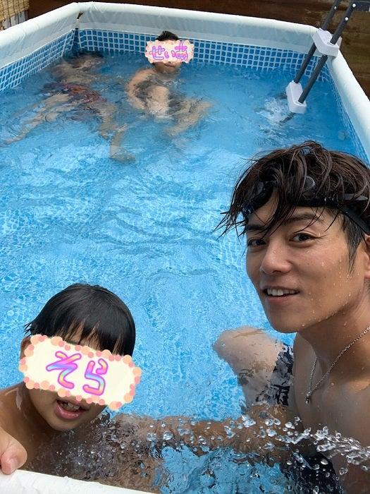 杉浦太陽、子ども達と新しい自宅プールを満喫「想像以上のデカさだ」