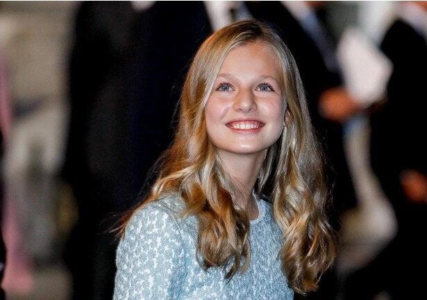 スペインのレオノール王女、新学期に向けて渡英!カジュアルルックもエレガントな佇まい