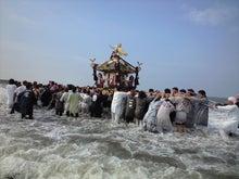 今日の湘南は△印-海に突っ込む神輿