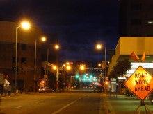 気まぐれな世界-アンカレジ・夜中の町並み