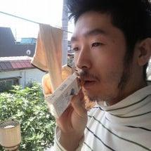 口に銜えたたばこを箱…