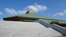 放浪デザイン旅日記-印象的な形の屋根が見えて来た