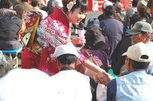 在・京・串・間・会  最新情報-歌手の笠原愛美さんも市民にサービス
