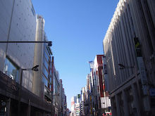 続 東京百景(BETA version)-#092 V字の青空(歩行者天国@新宿通り)