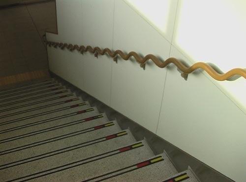 ユニバーサルデザイン空間学-20100112_階段昇降を行いやすい波型手すり