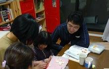 Grumpy Monkey(不機嫌なおさるさん)の観察日記-bread making sorounded by 3 adults
