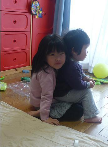 Grumpy Monkey(不機嫌なおさるさん)の観察日記-gm n mini watching tv jan2010