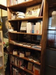 本は人生のおやつです!!-入り口横の棚