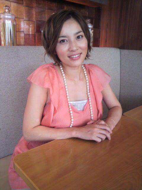 ピンクの服を着ている瀬戸朝香