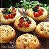 フォカッチャ 野菜・ハーブ・岩塩 & ブルーベリーチーズブレッドの画像