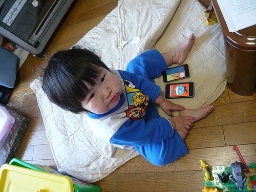 Grumpy Monkey(不機嫌なおさるさん)の観察日記-mini eating bread