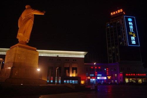 中国大連生活・観光旅行通信**-丹東駅 毛沢東像