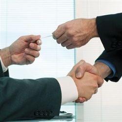 ひきこもりから大富豪へ!タメオのFX研究日記-握手しながら名刺交換する人